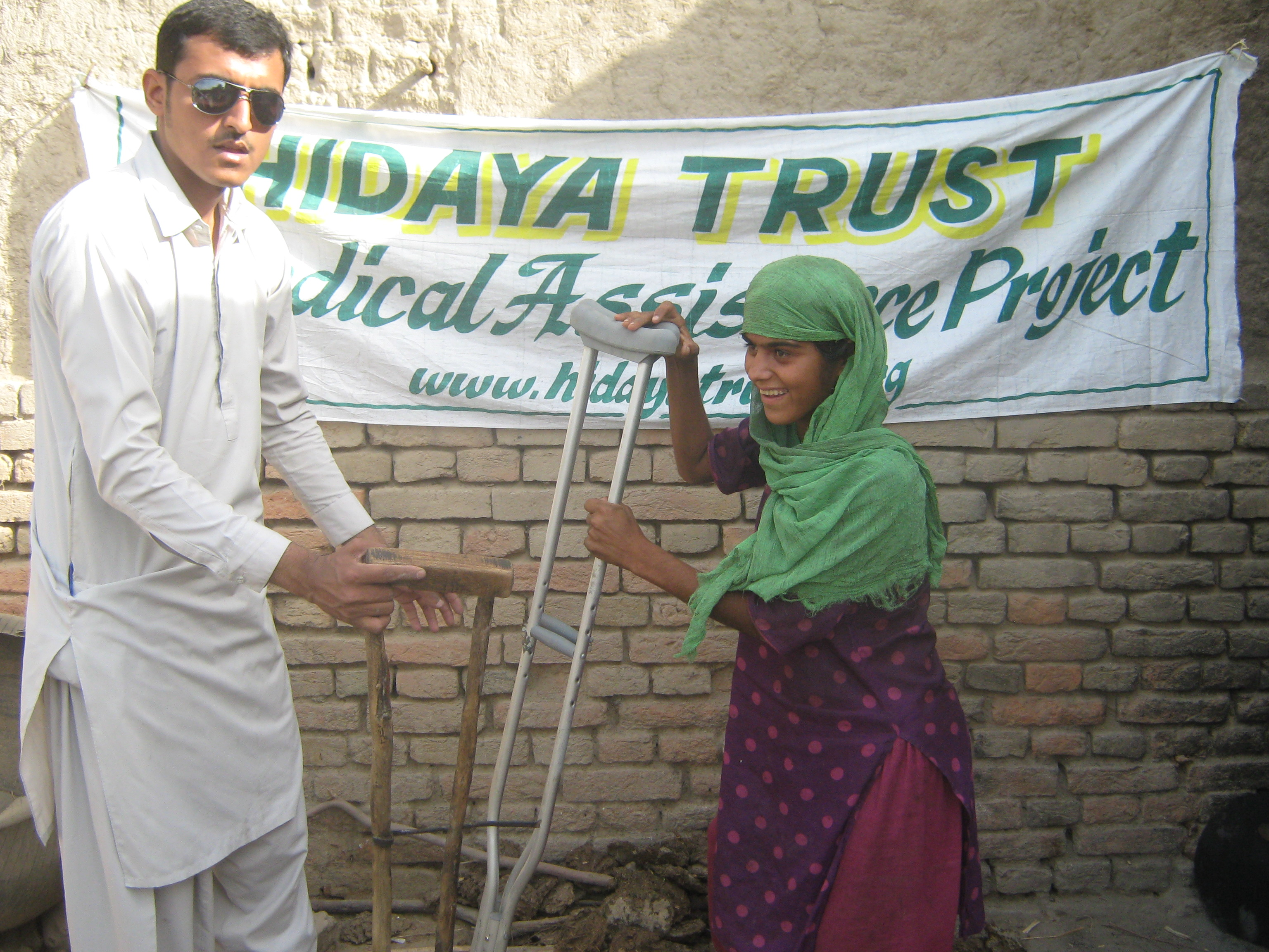 20100609_Sldo_Meda_Aqureshi_Aqureshi_Sind_Shp_Shp_Crutches_Given_To_Patient_6